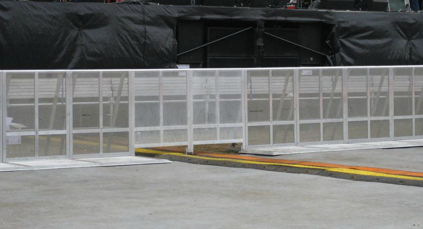 Framelock barriers